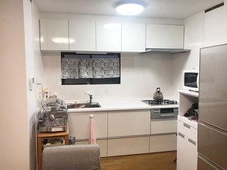 キッチンリフォーム お掃除がしやすい、白く明るいキッチン