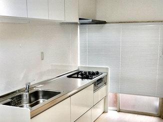 キッチンリフォーム 収納が増えてお手入れもしやすくなった明るいキッチン
